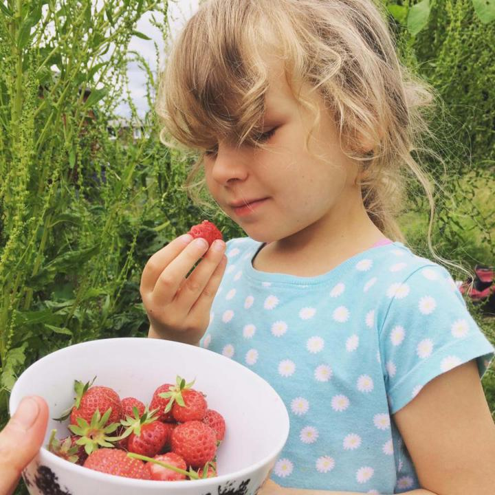 Vegan mum only feeds her five-year-old daughter raw fruit and vegetables